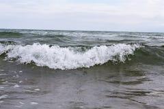 Wave dal mare ionico che colpisce la riva di Catania immagini stock libere da diritti