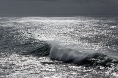 Wave in a dark sparkling sea Royalty Free Stock Photos