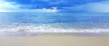 Wave del mare sulla spiaggia di sabbia Immagine Stock Libera da Diritti