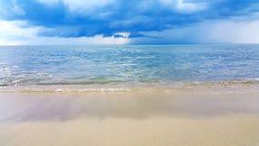 Wave del mare sulla spiaggia di sabbia Fotografia Stock