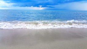 Wave del mare sulla spiaggia di sabbia Fotografie Stock