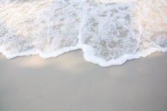 Wave del mare sulla spiaggia di sabbia Fotografia Stock Libera da Diritti