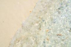 Wave del mare sulla spiaggia sabbiosa Immagine Stock