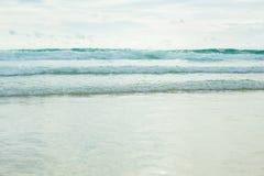 Wave del mare sulla spiaggia sabbiosa Fotografia Stock