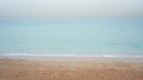 Wave del mare sulla spiaggia sabbiosa all'alba video d archivio