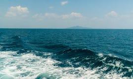 Wave della nave sulla superficie dell'acqua nel mare Immagini Stock
