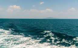 Wave della nave sulla superficie dell'acqua nel mare Fotografie Stock Libere da Diritti
