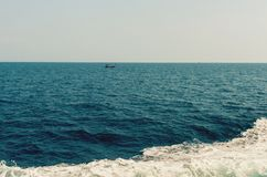 Wave della nave sulla superficie dell'acqua nel mare Immagini Stock Libere da Diritti