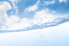 Wave di acqua potabile e la bolla ventilano con il fondo del cielo Fotografie Stock