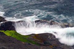 Wave di schianto sulla roccia Oregon di pesca Fotografie Stock