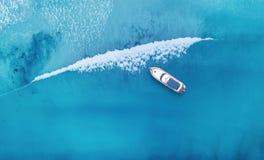 Wave e barca sulla spiaggia come fondo da aria fotografie stock