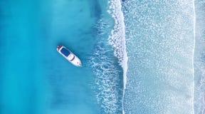 Wave e barca sulla spiaggia come fondo da aria immagini stock