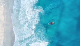 Wave e barca sulla spiaggia come fondo da aria fotografia stock