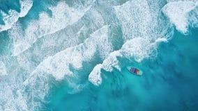 Wave e barca sulla spiaggia come fondo da aria fotografie stock libere da diritti