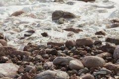 Wave e pietre della spiaggia Wave e pietre della spiaggia immagini stock