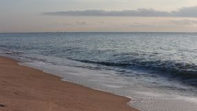 Wave e sabbia alla spiaggia Tailandia di Chaam video d archivio