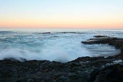 Wave e scogliera alla spiaggia Fotografia Stock