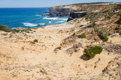 Wave e scogliere multicolori nella spiaggia in Almograve Immagine Stock Libera da Diritti