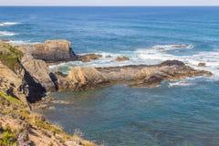 Wave e scogliere nella spiaggia in Almograve Immagini Stock Libere da Diritti
