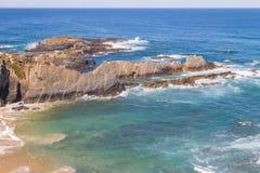 Wave e scogliere nella spiaggia in Almograve Immagine Stock Libera da Diritti