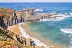 Wave e scogliere nella spiaggia in Almograve Fotografie Stock