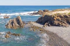 Wave e scogliere nella spiaggia in Almograve Immagine Stock