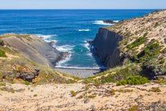 Wave e scogliere nella spiaggia in Almograve Fotografia Stock