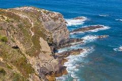 Wave e scogliere nella spiaggia in Almograve Immagini Stock