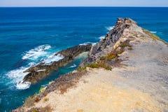 Wave e scogliere nella spiaggia in Almograve Fotografia Stock Libera da Diritti
