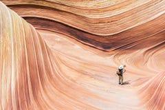 Wave e un turista Fotografie Stock