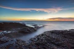 Wave ha colpito la nebbia della roccia appannata Immagine Stock