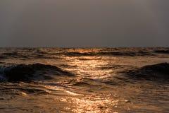 Wave nel tramonto fotografie stock