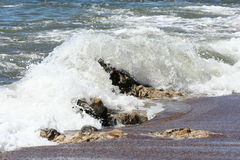Wave over rocks Royalty Free Stock Photography