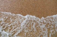 Wave på sanden Arkivbild