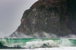Wave riduce davanti a roccia enorme sulla costa dell'Oregon Immagine Stock Libera da Diritti