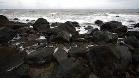 Wave smashing the rocks Stock Photography