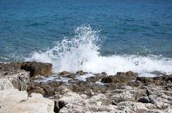 Wave som bryter på kusten Arkivbilder