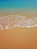 Wave su un fondo della spiaggia Fotografie Stock