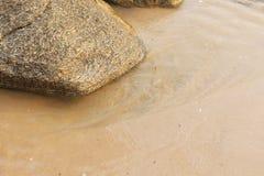 Wave sul roccioso e sulla spiaggia Fotografia Stock