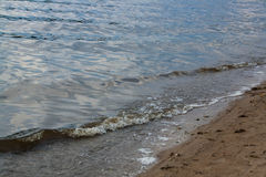Wave sulla sponda del fiume Fotografia Stock Libera da Diritti