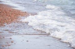 Wave sulla struttura del fondo della spiaggia Fotografie Stock Libere da Diritti