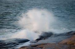 Wave sulle rocce fotografia stock