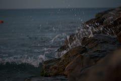 Wave sulle rocce Fotografie Stock Libere da Diritti