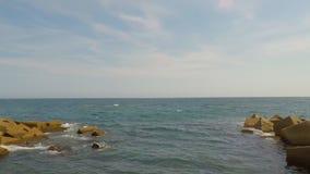 Wavebreaker Op zee Kunstmatige Rotsen stock videobeelden