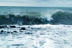Wavebreaks azules del océano a lo largo de la orilla imagen de archivo libre de regalías