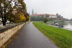 Wavel-Schloss in Krakau am regnerischen Herbsttag lizenzfreie stockfotografie