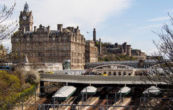 Waverley火车站在爱丁堡老镇,英国 免版税图库摄影