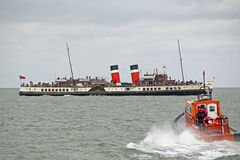 Waverley paddle steamer and pilot boat Royalty Free Stock Images