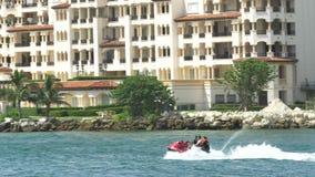 Waverunners in het Strand van Miami stock footage
