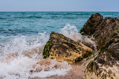 Waves against the reef Royalty Free Stock Photos